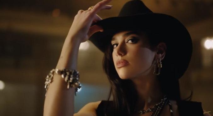 Em clipe de 'Love Again', Dua Lipa mostra seu lado country, pelo menos no visual