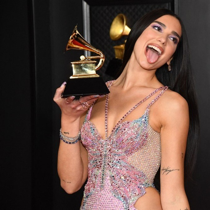 Dua Lipa comemora prêmio no Grammy 2021
