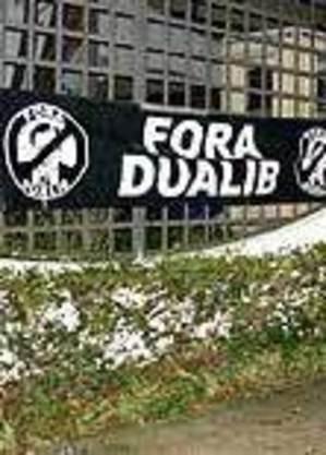 Faixa em frente à casa de Dualib