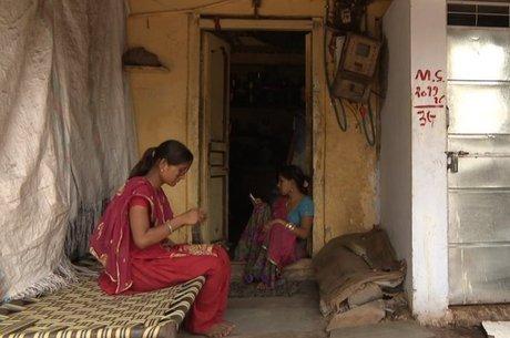 Em algumas áreas, as mulheres são encarregadas de tarefas domésticas e só depois de concluí-las podem satisfazer suas próprias necessidades