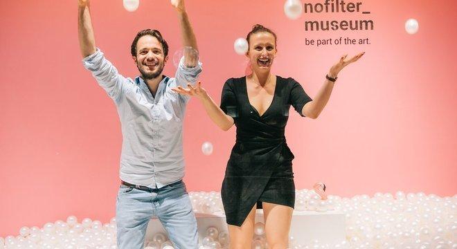 Os criadores Nils Peper e Petra Scharinger na piscina de bolinhas