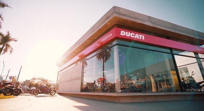 Fachada da loja segue o estilo das concessionárias Ducati