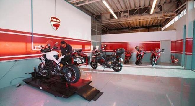 Oficina ampla com técnicos capacitados para atendimento Ducati
