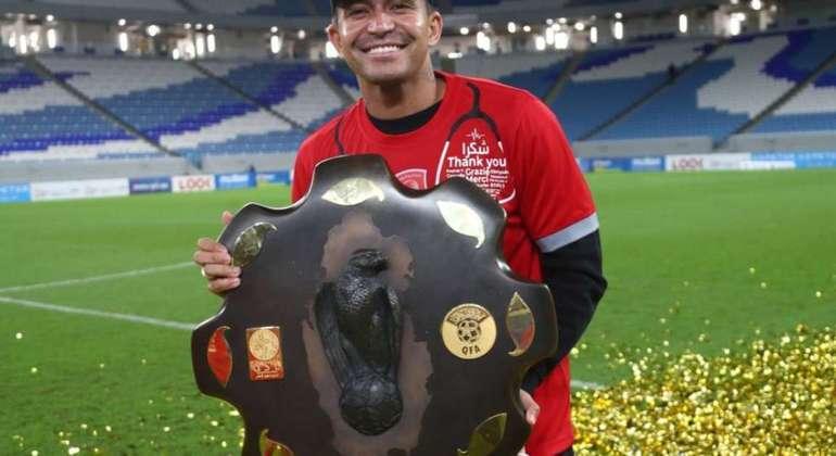 Mal chegou e Dudu já foi campeão da Liga do Qatar. E vai disputar o Mundial de Clubes
