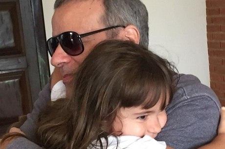 Dudu Braga e abraça a filha, Laurinha, de 4 anos