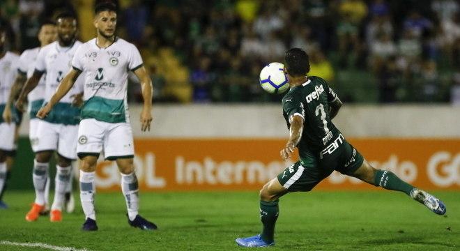 Dudu acertou belo chute para marcar segundo gol do Palmeiras contra Goiás