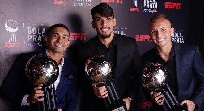 Dudu, Lucas Paquetá e Éverton posam com suas Bolas de Prata 2018