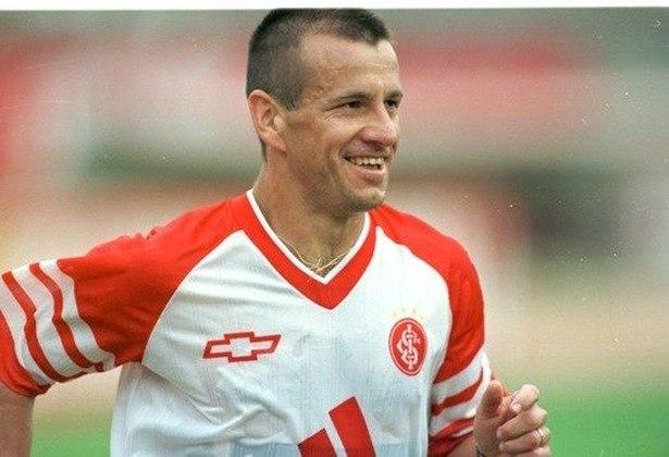 Dunga (Internacional) -Revelado no Colorado em 1983, Dunga passou por grandes clubes brasileiros e internacionais. Em 1999, retornou ao Internacional, onde encerrou sua carreira.