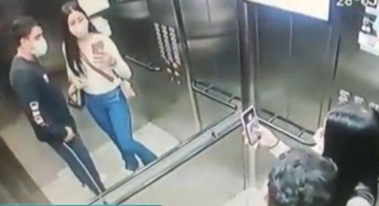 Dupla furta apartamento de Osasco, em SP, e tira foto no elevador do condomínio