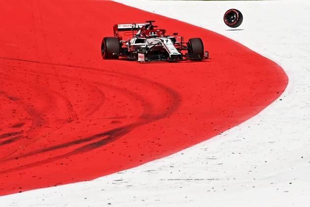 Durante a corrida, o pneu de Kimi Räikkönen acabou se soltando e obrigando a entrada do safety-car