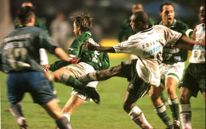 Durante a final do Paulista de 1999, Edilson, que estava no Corinthians, fez embaixadinhas no meio-campo durante o clássico contra o Palmeiras. Foi o estopim para uma briga generalizada, que tomou conta do gramado do Morumbi. O Timão acabou sendo campeão estadual na ocasião.