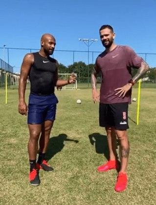Durante a quarentena, dois jogadores do Vasco estão aproveitando para mostrar outra faceta nas suas redes sociais para além do esporte: Leandro Castán e Fellipe Bastos.