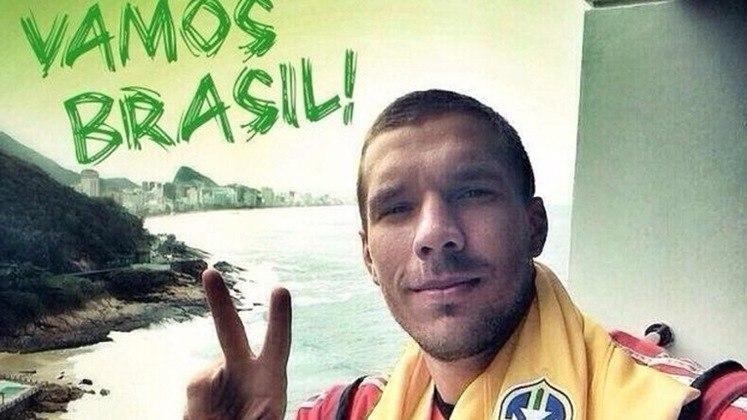 Durante o Mundial de 2014, no Brasil, o atacante Lukas Podolski teve destaque nas redes sociais. Sempre muito solicito, ele interagiu com os torcedores brasileiros e postou uma foto  com a camisa da seleção no pescoço e a seguinte mensagem: