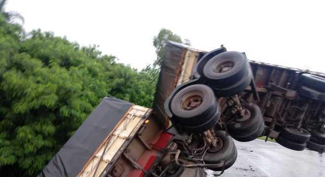 Pelos menos dois guindastes foram acionados para retirar o caminhão do local