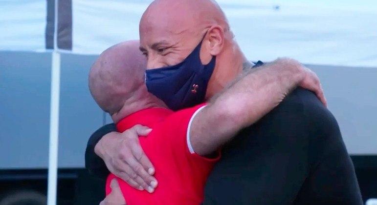 Dwayne  Johnson agradece amigo por ajuda e o presenteia com uma caminhonete