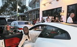 Tem mais de uma foto! Nesta ele aparece saindo de uma Ferrari branca. Muito estilo do antigo jogador!