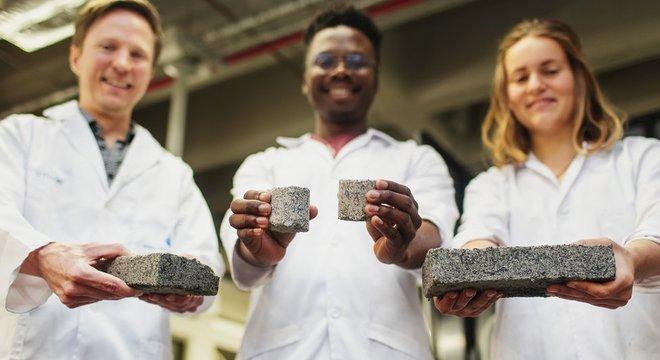 Os tijolos têm inicialmente um odor de amônia, que desaparece apos 48 horas