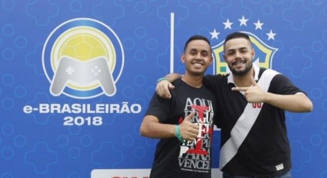 """E-Brasileirão Rodrigo """"Carabom"""" e Caíque """"Reizinho"""" posam juntos após a final da seletiva do Vasco. Veja galeria do L!"""