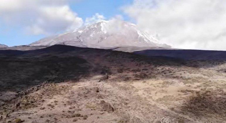 É o ponto mais alto da África, com uma altura de 5 895m no Pico Uhuru. A região é considerada um ponto turístico de todo o continente e as florestas ao redor possuem uma fauna extremamente rica.