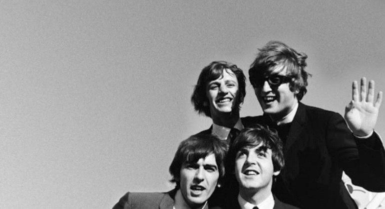 É praticamente impossível (e um erro brutal) não falar dos Beatles quando comentamos sobre as principais bandas de rock da história. O grupo formado por John Lennon, Paul McCartney, George Harrison e Ringo Starr revolucionou o mundo e marcou época com músicas populares envolventes e lembradas até os dias atuais.