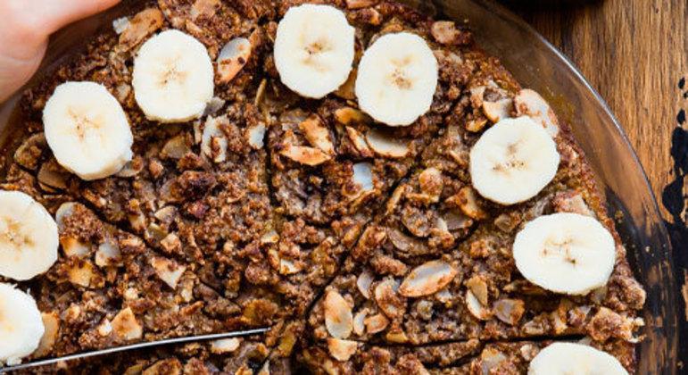 É preciso também estar atento ao fato de que os cereais mais fibrosos (farelo de trigo, centeio e aveia) são mais indicados para quem está com constipação. Uma boa preparação é o bolo integral com linhaça e granola.