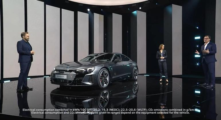 No interior o e-tron tem acabamento com materiais reciclados e segue o visual mundial adotado pela marca com volante de base achatada e multimídia MMI