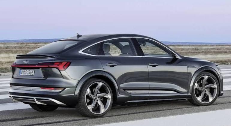 O Audi e-tron S Sportback possui para-choques dianteiro e traseiro com contornos fortes