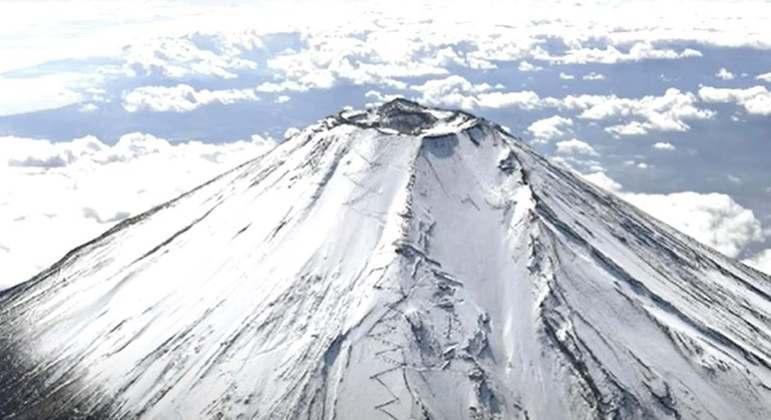 É um dos vulcões mais famosos do mundo (muito por ter seu topo repleto de neve) e localiza-se a oeste de Tóquio. Ele faz parte da cultura japonesa, sendo uma das paisagens mais conhecidas do país asiático.