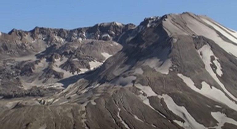 É um vulcão ativo que fica no condado de Skamania, em Washington. e que tem esse nome por conta do diplomata britânico Lord St Helens. Ele era um amigo próximo do explorador George Vancouver.