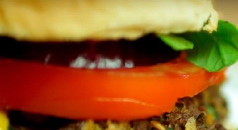 É uma receita vegana e um hambúrguer fácil de ser feito. Ele contém a proteína da soja, além de molho shoyo e legumes. Desenvolvido pelo site