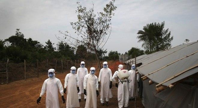 Equipe de saúde trabalha no combate à doença no continente africano