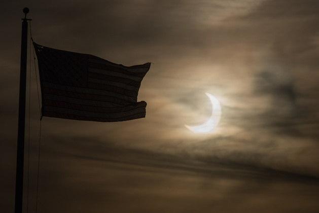Nos Estados Unidos, os cidadãos acordaram com o raro eclipse ainda no céu