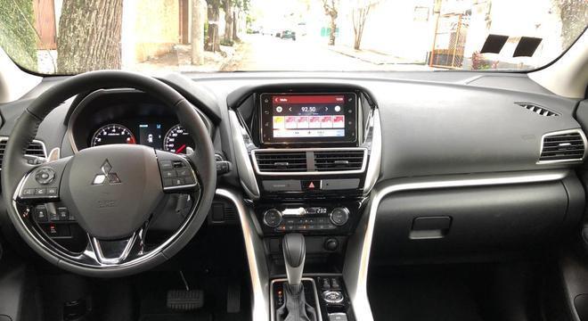 Interior é sóbrio com destaque para o console central com multimídia, ar digital e câmbio CVT