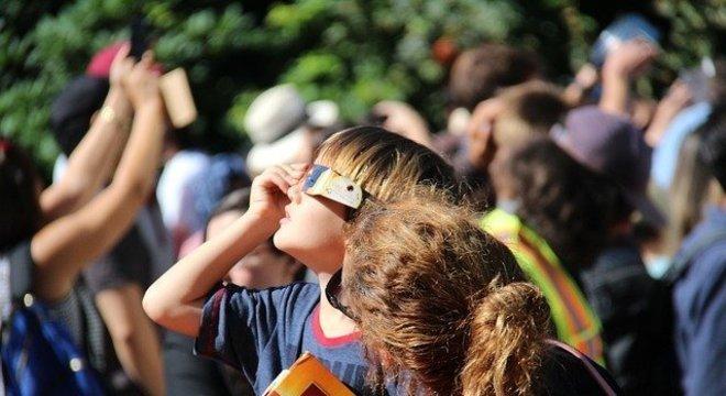 Olhar para o Sol sem proteção adequada pode levar à uma queimadura irreversível da retina