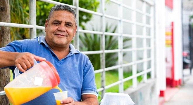 Jerivan Martins sustenta mulher e seis filhos vendendo suco nas ruas de SP