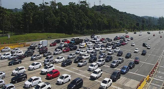 Pedágio da rodovia dos Imigrantes com movimento intenso no sentido litoral