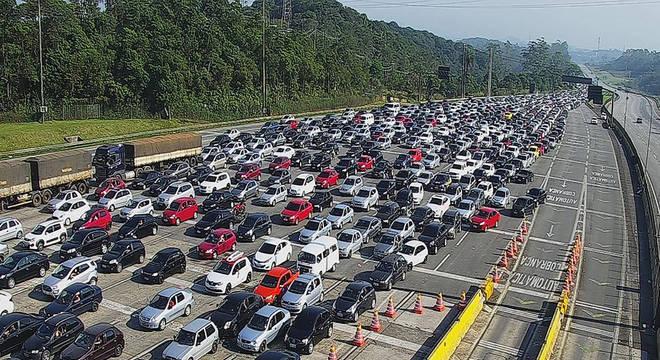 Congestionamento em pedágio da rodovia dos Imigrantes na descida para o litoral