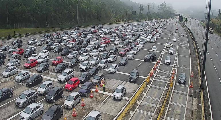 Imigrantes registra tráfego lento na manhã deste domingo (5)