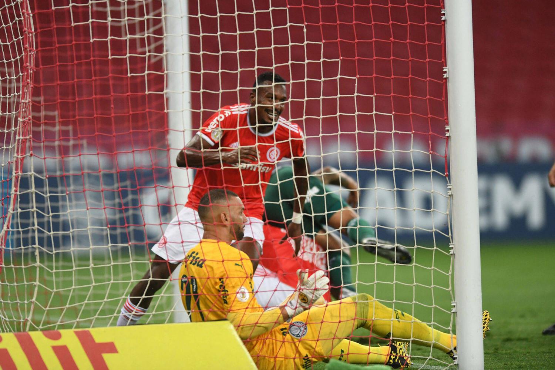 Edenílson marca o primeiro gol. Depois de escanteio infantil dado por Marcos Rocha
