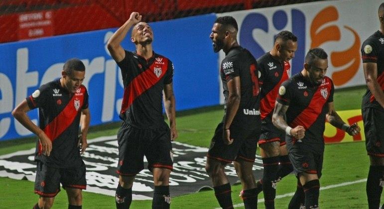 Éder, de cabeça, fez o gol que abriu caminho para a vitória do Atlético-GO