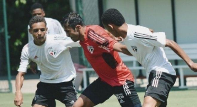 Éder participa de treino contra o Sub-17 do São Paulo