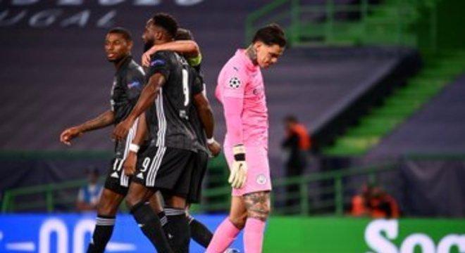 Ederson falhou feio no terceiro gol do Lyon. Eliminação decretada