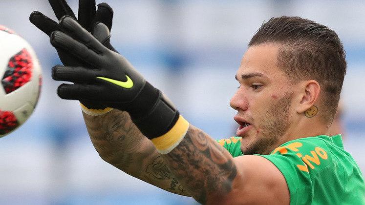 Ederson, goleiro do Manchester City e da seleção brasileira, possui um rosto feliz em amarelo embaixo da sua orelha