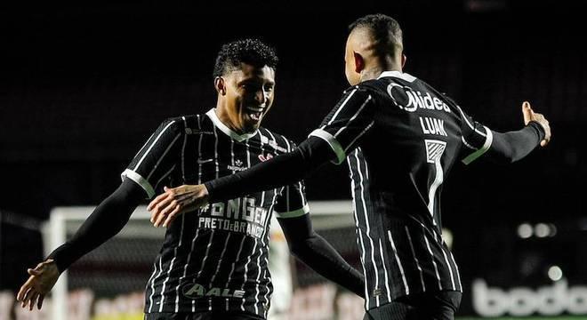Ederson comemora com Luan o gol marcado contra o Bragantino