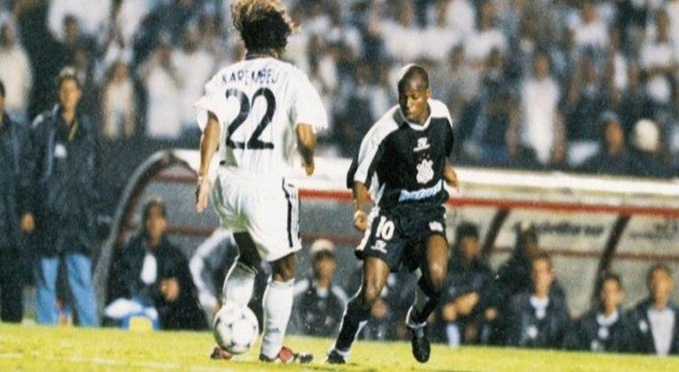 Edilson - Corinthians 2 x 2 Real Madrid - 2000 - Na semifinal do Mundial de Clubes da FIFA, Edilson marcou duas vezes no empate em 2 a 2, contra o Real Madrid. O segundo gol ficou marcado na história, quando o atacante deu uma caneta em Karembeu e marcou um golaço.