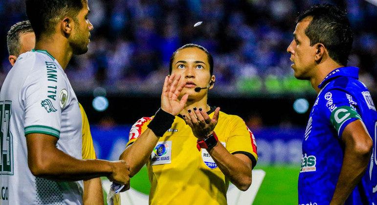 Edina será a primeira mulher na história a apitar Corinthians e Palmeiras