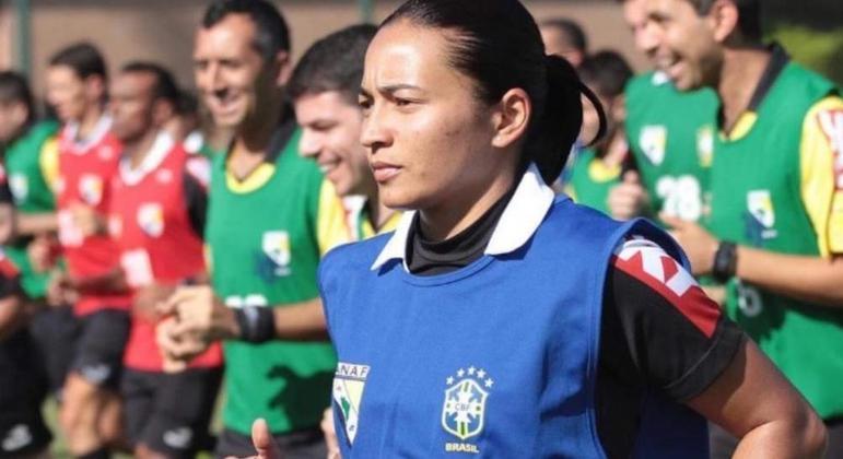 Edina foi a única árbitra no Mundial de Clubes do Qatar. Encantou a Fifa