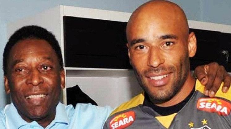Edinho, filho de Pelé, também está nesta lista. Ele tentou a carreira de goleiro no Santos, mas em 2005 foi preso acusado de associação ao tráfico. Ficou detido por dez meses e chegou a se internar em uma clínica de reabilitação. Hoje ele tem um cargo no Peixe.