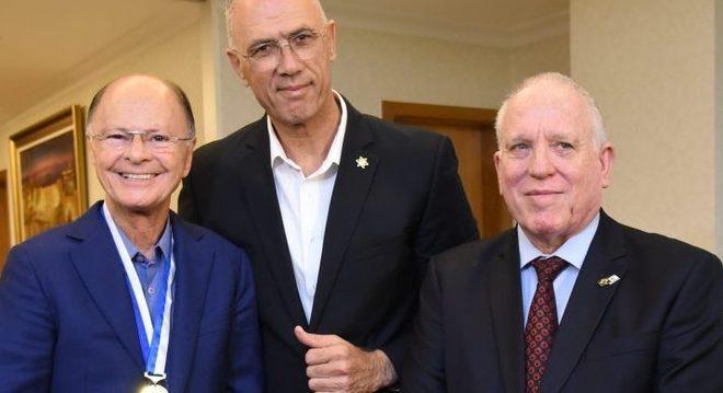 Medalha foi entregue a Edir pelo embaixador de Israel e Cônsul de Israel em SP