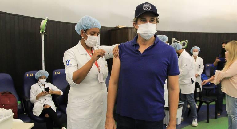 Edson Celulari recebe a primeira dose da vacina contra a covid-19